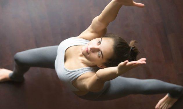 10 movimientos que harán de tu rutina de yoga más divertida