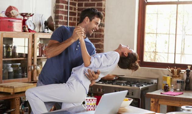 12 cosas muy raras que hacen las parejas que llevan mucho tiempo