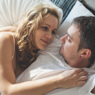 8 posiciones ideales para arrucharte con él
