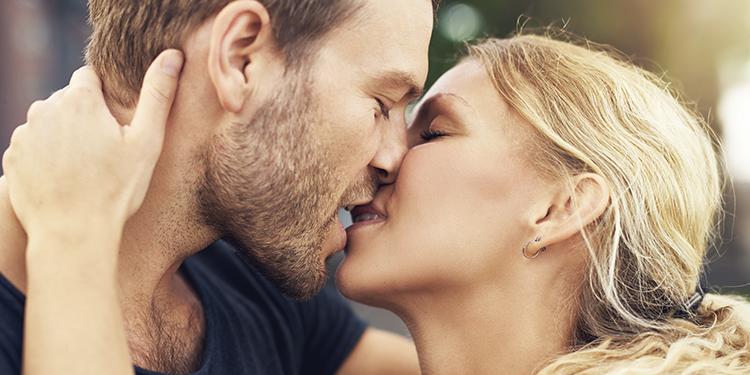 8 consejos para ser una diosa del kissing y enamores a tu pareja