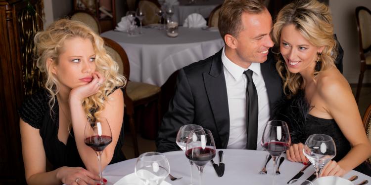 ¿Qué hacer cuando tu ex y tu actual se encuentran en la misma fiesta?