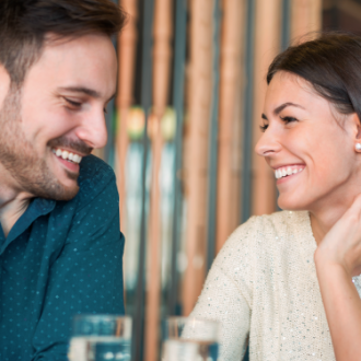 ¿Cómo darte cuenta si te está coqueteando o si solo está siendo amable?